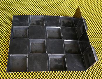 schoeko-leistungen-kunststoff-tiefziehteile-produktbeispiele-schachbrettfoermiges-relief-mit-sollbruchstellen-an-den-kanten