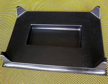 schoeko-leistungen-kunststoff-tiefziehteile-produktbeispiele-verpackungstray-mit-eingeformter-mulde-und-eckabstuetzungen